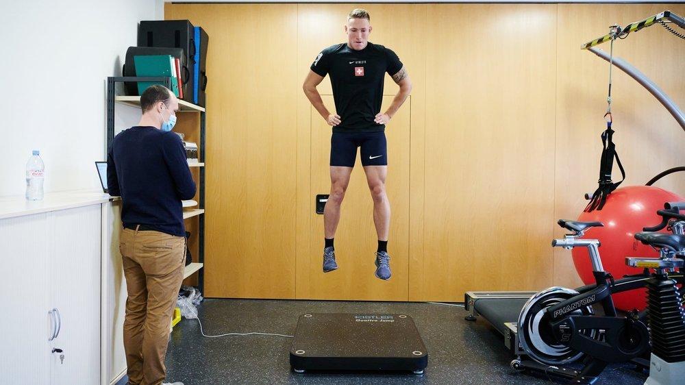 Quentin Juillard réalise un test de force et de détente sous la supervision de Jérémy Barfuss.