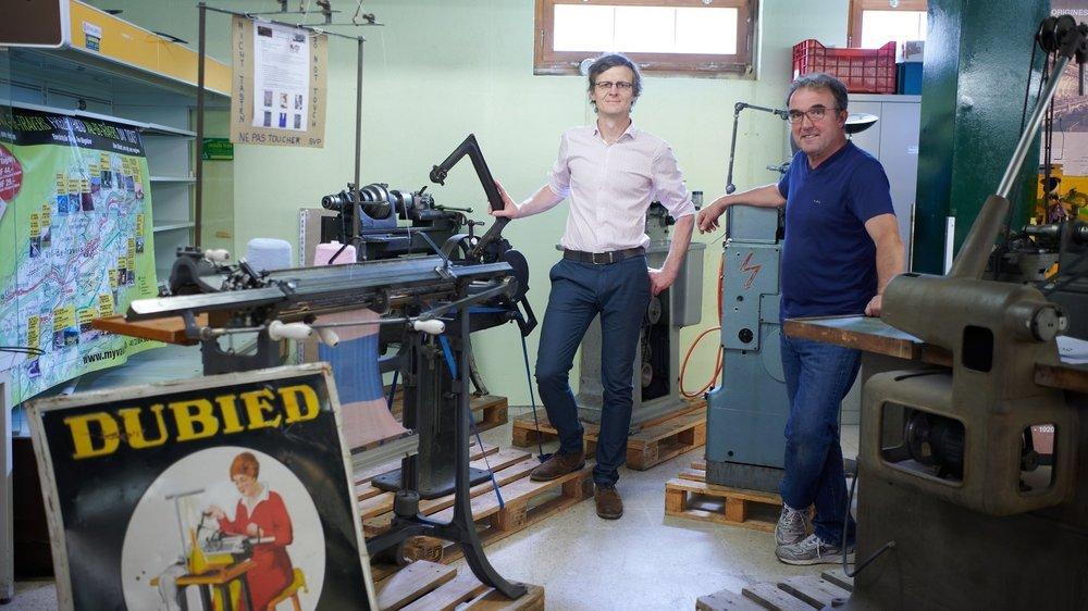 Frédéric Mairy (à gauche), conseiller communal de Val-de-Travers, et Daniel Huguenin-Dumittan, président de l'association responsable de la Maison de l'industrie, posent dans les locaux de cette dernière.
