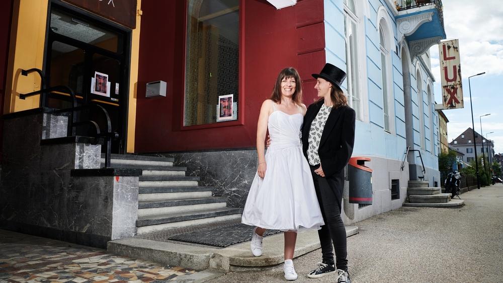Nathalie Schnegg (à gauche) et Ophée del Coso, en tenues de circonstance, ont déposé une liste de mariage pour financer la future installation de la Grange au Lux.
