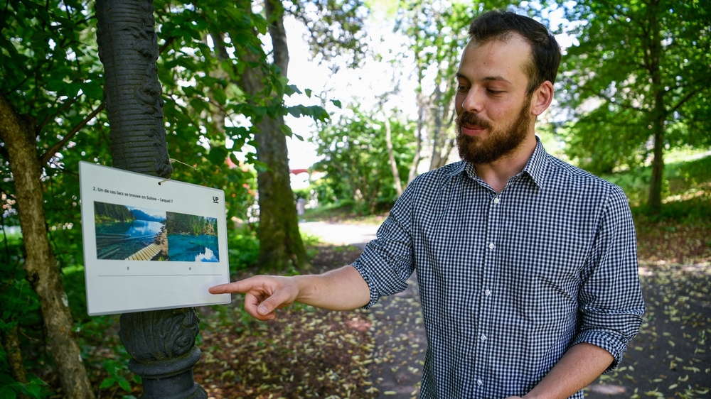 Loyd Perestrelo expliquant le jeu de piste installé au parc Gallet.