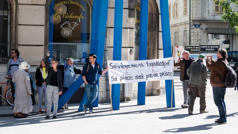 Des représentants d'associations de défense des personnes handicapées ont manifesté devant le tribunal ce mercredi matin.