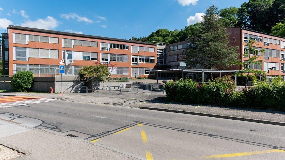 Construit en 1972, le collège de Vauvilliers souffre, entre autres, de problèmes d'étanchéité au niveau de sa toiture.