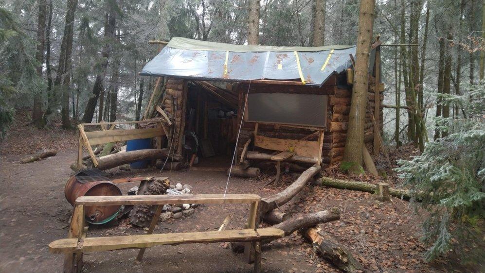 Thierry a démonté la cabane, mais il n'a pas ramené les litres de déchets qui encombraient auparavant cet endroit.