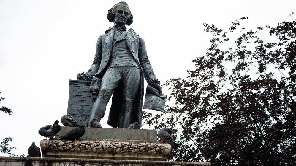 La statue de David de Pury trône au sud de la place qui porte son nom.