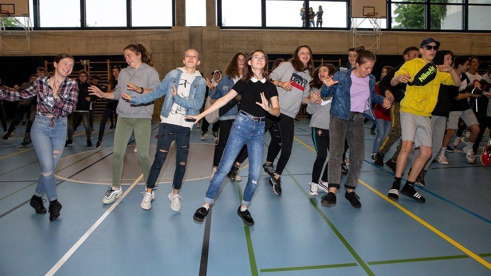 Ce lundi matin, la météo capricieuse a contraint les élèves à danser la chorégraphie du Covid à la salle de gym de la Fontenelle.