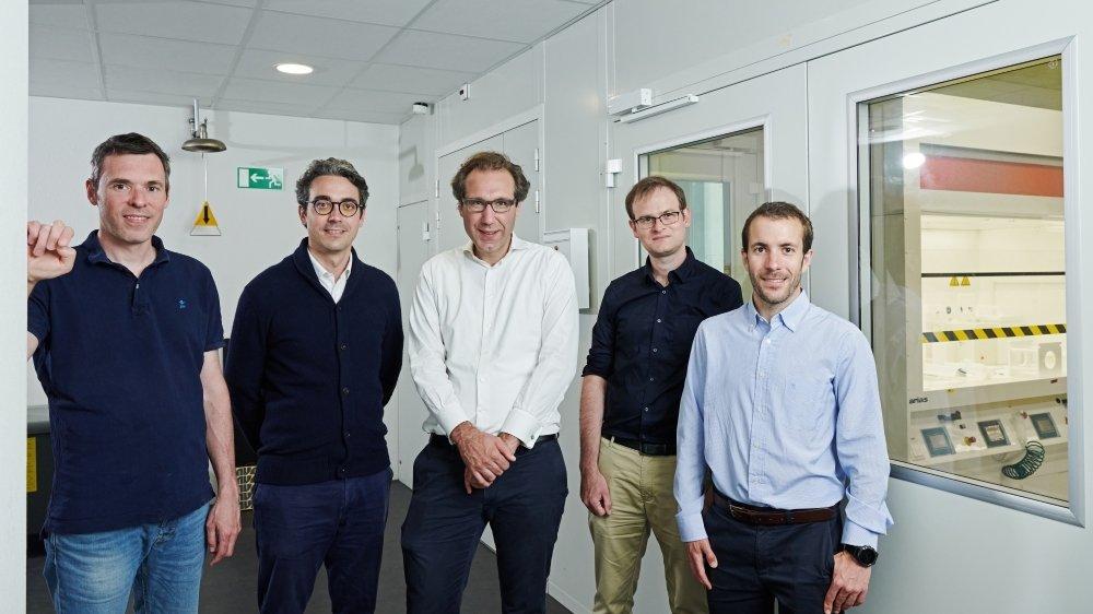 Henri de Lalande (2e depuis la gauche) et Benoît de Combaud (3e), avec l'équipe de recherche du CSEM (Gabriel Christmann, Juan Diaz et Sylvain Nicolay).