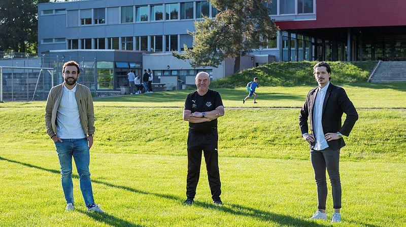 Le président du FC Etoile-Sporting Gérard Prétôt (au centre), le nouvel entraîneur Matthias Schiro (à droite) et Ian Scapuso, son assistant.