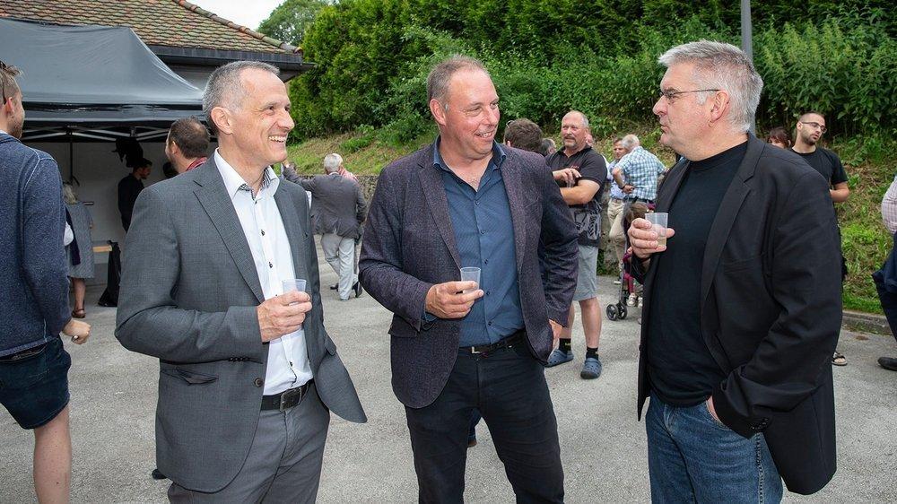 José Decrauzat, président des Brenets (au centre), et Denis de la Reussille, président du Locle (à droite), lèvent leur verre à la fusion. A leur côté: le conseiller d'Etat Laurent Kurth.