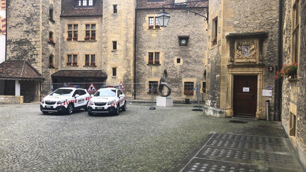 Le dispositif policier était important ce mercredi au château de Neuchâtel pour le procès du drame des Verrières.