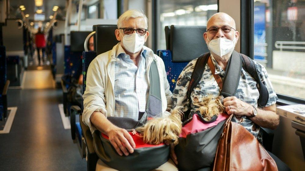 En gare de Neuchâtel (comme ici) et ailleurs dans le canton, les seniors ont plus vite pris l'habitude de porter des masques de protection. Mais même les usagers n'en portant pas se disent plutôt favorable à l'obligation décidée par le Conseil fédéral.