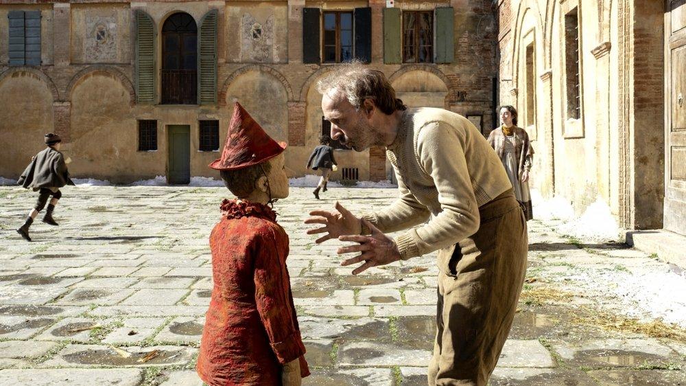 Roberto Benigni, très sobre face à Federico Ielapi, qui incarne Pinocchio.