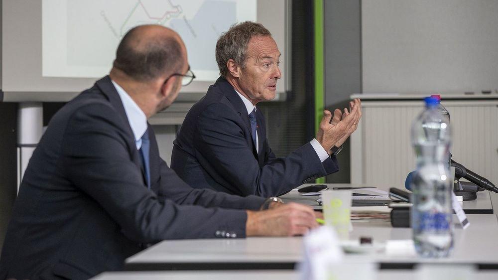 """Alain Barbey (au deuxième plan), directeur régional des CFF en Suisse romande, a précisé que l'offre de bus de substitution entre Neuchâtel et La Chaux-de-Fonds serait du """"haut de gamme""""."""