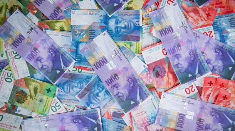 Distribuer de l'argent au lieu de le prêter: la proposition pas si révolutionnaire d'un économiste neuchâtelois