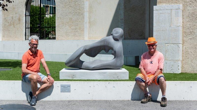 Le sculpteur Amadeus Furrer (à gauche) et Pierre-Yves Besancet, chef de la voirie de Corcelles.