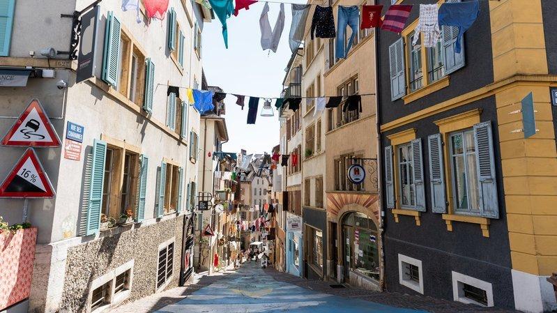 Neuchâtel: les guirlandes d'habits ont été installées au centre-ville