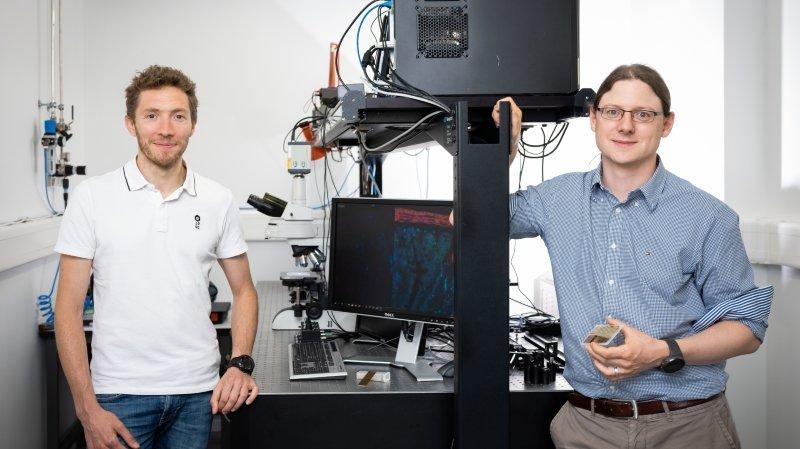 Raphaël Barbey et Nicolas Descharmes, fondateurs de Luminesys, viennent de mettre au point une lame de microscope qui, espèrent-ils, permettra de détecter des maladies comme le cancer ou Alzheimer beaucoup plus tôt.
