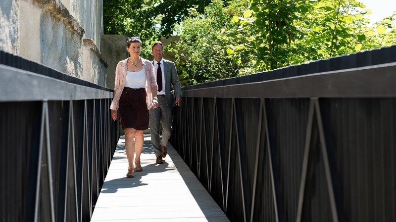 Christine Gaillard et Alain Ribaux ont inauguré la passerelle du chemin de ronde, à Neuchâtel.