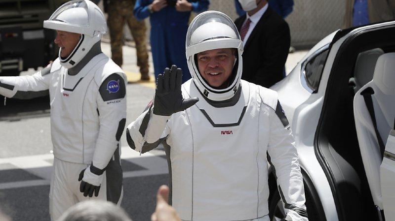 Les astronautes Douglas Hurley, à gauche, et Robert Behnken rejoignent la fusée.