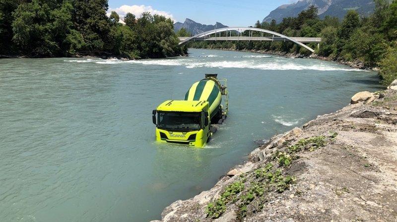 Après s'être mis en mouvement, le camion inoccupé s'est dirigé vers le fleuve et a roulé jusqu'au pied de la digue.