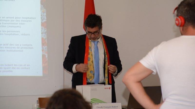 Le médecin cantonal neuchâtelois garde sa cravate bleue mais reste attentif