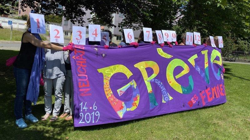 Les membres du collectif neuchâtelois pour la grève féministe rappellent leurs 14 revendications aux membres du Grand Conseil réunis à la Charrière.