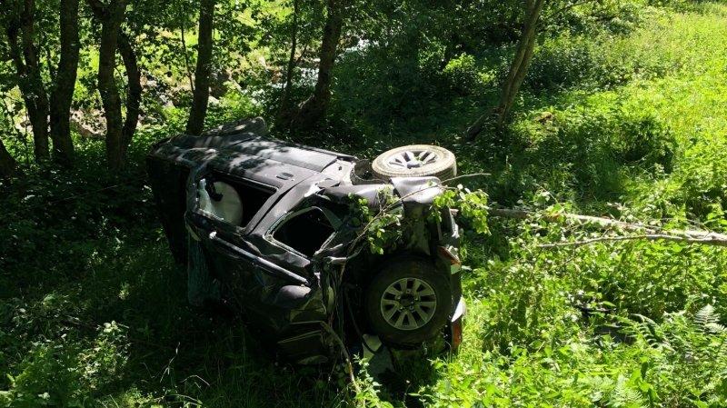 Le véhicule a effectué plusieurs tonneaux après être sorti d'une route forestière.