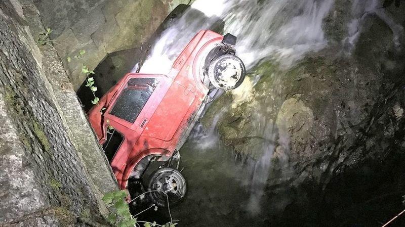Ivre au volant de sa jeep agricole, il termine sa course dans un cours d'eau près de Baulmes (VD)