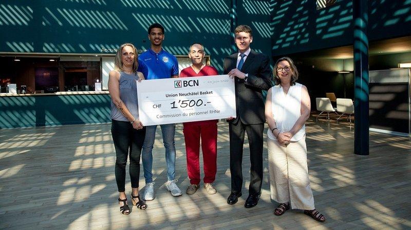 Le président d'Union Neuchâtel (deuxième depuis la droite) et le joueur Eliott Kübler (en bleu) ont remis ce chèque de 1500 francs à la commission du personnel du RHNE représentée par Valérie Racine (à gauche), Filipe Conceiao (en rouge) et Nathalie Weber (tout à droite).