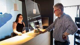 Protection sanitaire: après le plexiglas, les commerces se mettent au verre, plus durable