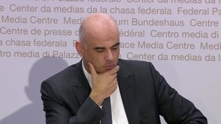 Alain Berset impressionné par le choix de cravates de Koch