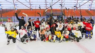 Jeunes hockeyeuses en camp à Fleurier