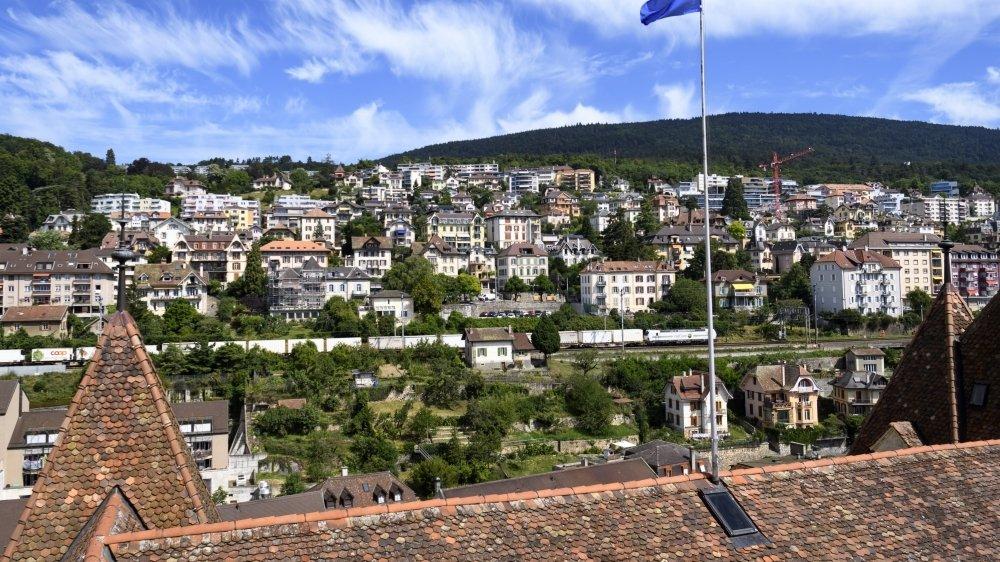 Le drapeau bleu, signifiant que les cas positifs de Covid-19 sont sporadiques, flotte toujours sur le Château de Neuchâtel.