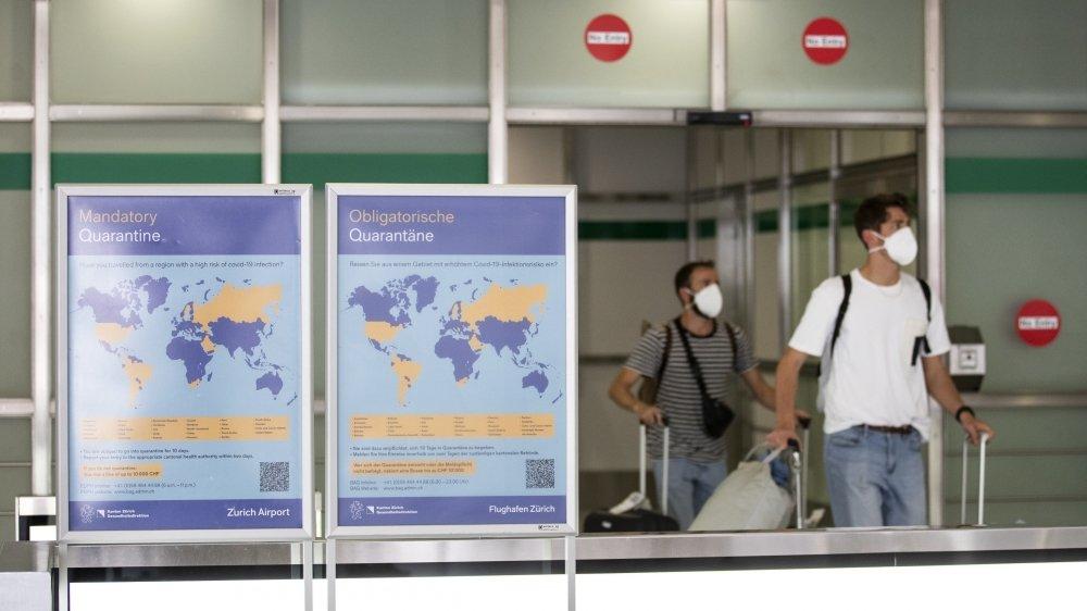 Des panneaux d'information sur l'obligation de quarantaine ont été placés dans les aéroports suisses. Ici, à Zurich.