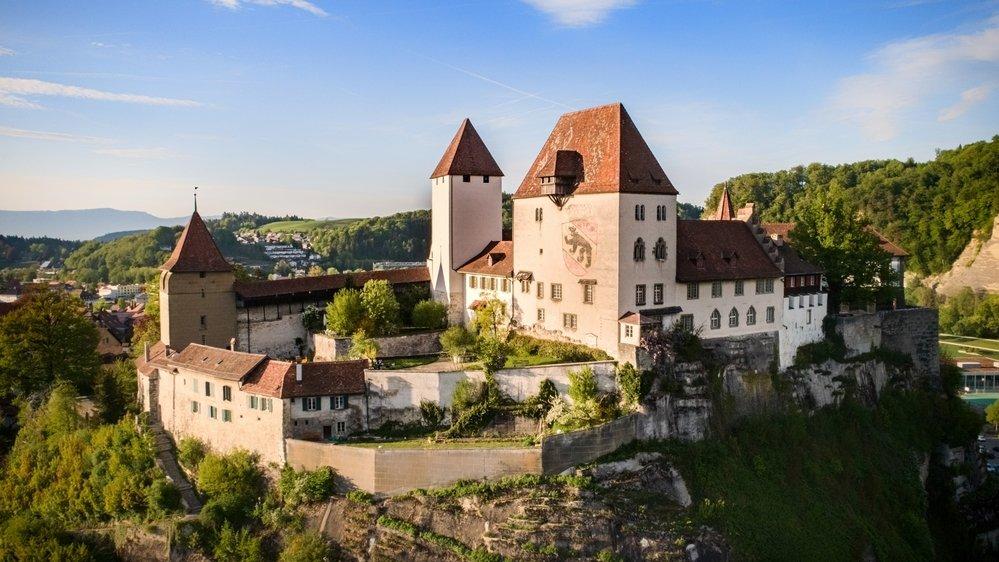 Le château trône depuis le 12e siècle sur les hauteurs de Berthoud.