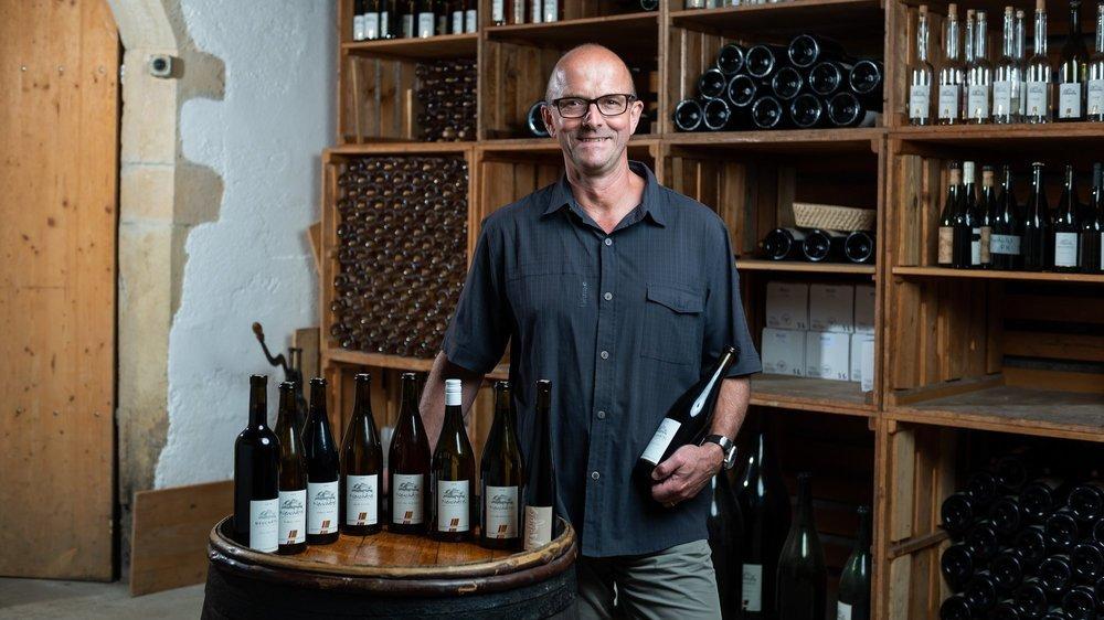 Alain Gerber avec les neuf vins qu'il a présentés à la Sélection cantonale.