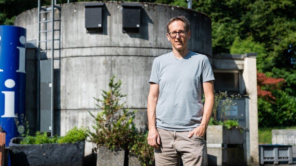Thierry Bohnenstengel devant deux des quatres nichoirs installés à l'ancienne Step.