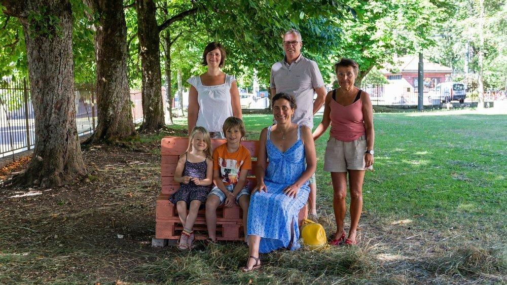 Sur le terrain de l'Ancienne, Manon et Eliott accompagnent les membres du collectif Latchauxverte Laure Perrinjaquet, Pierre-Yves Blanc, Anita Froidevaux et Aline Jaquet-Tissot (au premier rang).
