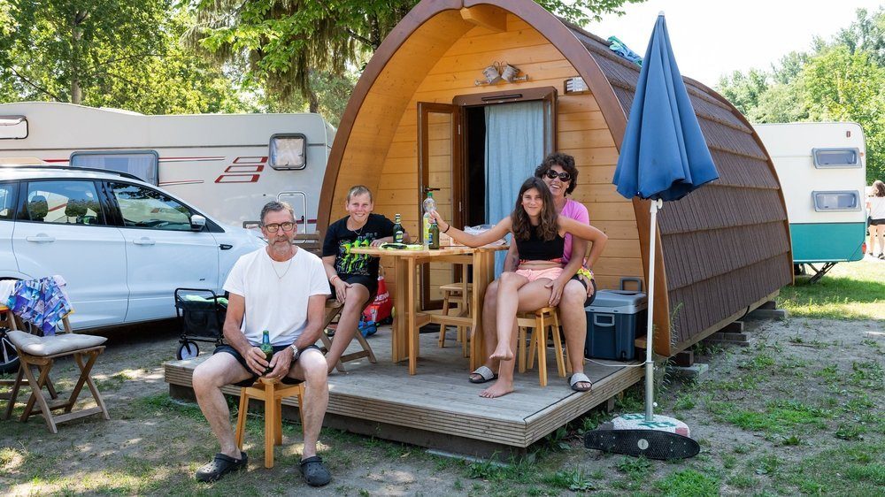 La famille Rothenbühler heureuse d'avoir opté pour le glamping, à Salavaux Plage (VD).