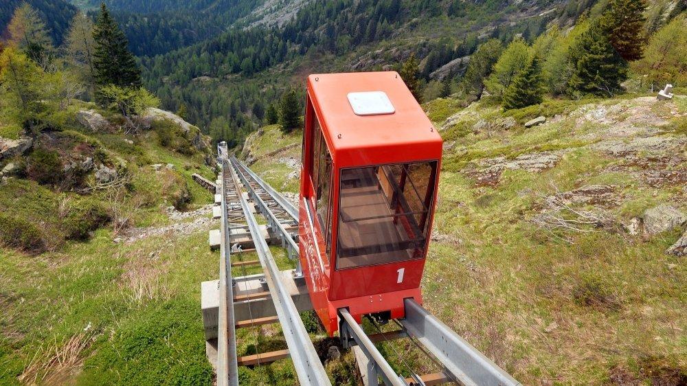 Trois installations sur rail, dont ce petit train panoramique, conduisent au site d'Emosson, l'un des objectifs de ces deux journées valaisannes.