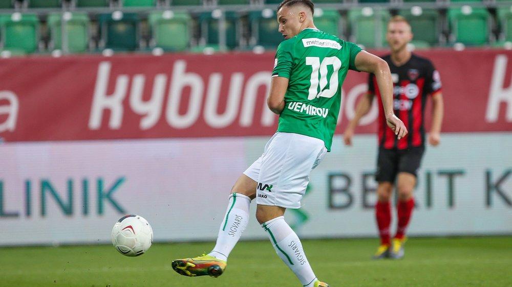 Le Xamaxien Léo Farine (en rouge et noir au fond) ne gardera pas un bon souvenir de sa première titularisation en Super League face au FC Saint-Gall de Demirovic.