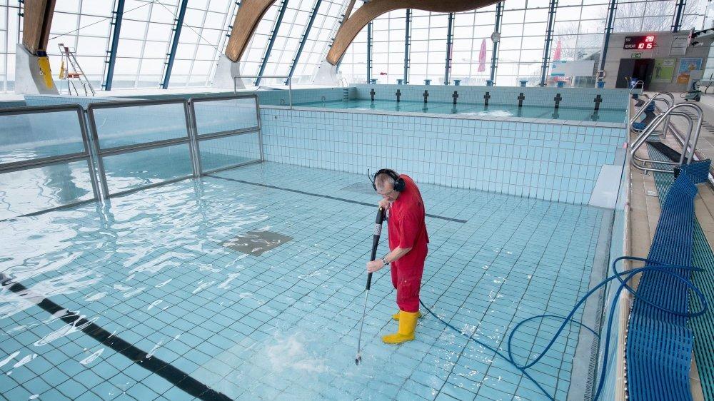 La qualité de l'eau est une préoccupation constante pour les responsables de piscine, comme ici le bassin du Nid-du-Crô, à Neuchâtel.
