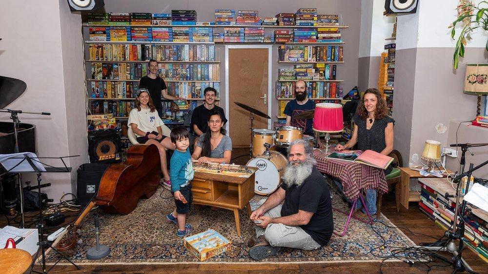 Au premier plan, le pianiste de jazz Malcolm Braff vit en famille dans l'ancienne scierie de Crémines, à l'instar d'une petite dizaine de personnes.   Cremines, le 8 juillet 2020. Photo: Lucas Vuitel