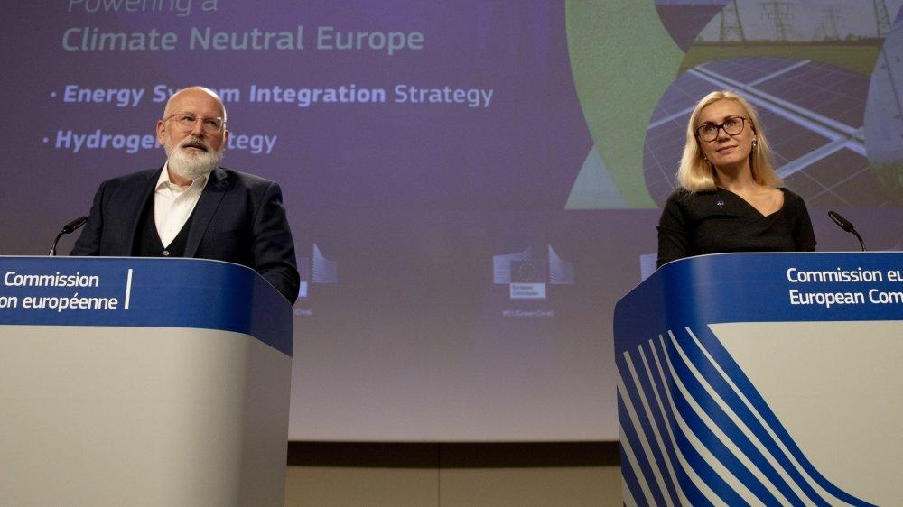 Le commissaire européen pour le Green Deal, Frans Timmermans (à gauche) la commissaire européenne de l'énergie Kadri Simson tenaient une conférence de presse hier à Bruxelles pour dévoiler leur programme.