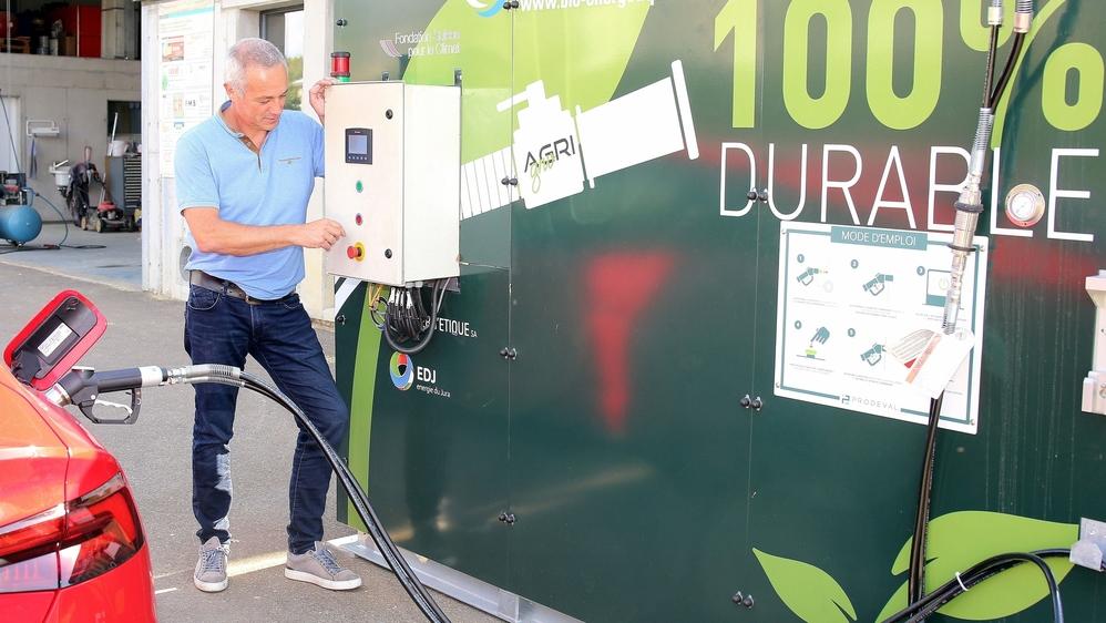 Depuis la mi-juin, Claude Etique a sa propre station à carburant 100% biogaz local dans le Jura. La première en Suisse romande.