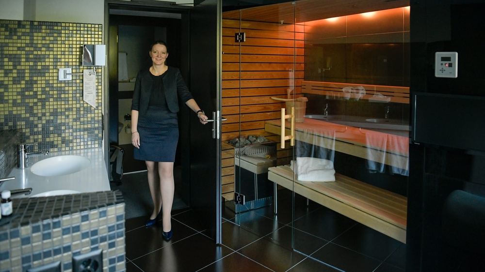 Véronique Colombel-Vogt nous fait découvrir l'une des suites avec spa privé du Grand Hôtel des Endroits.