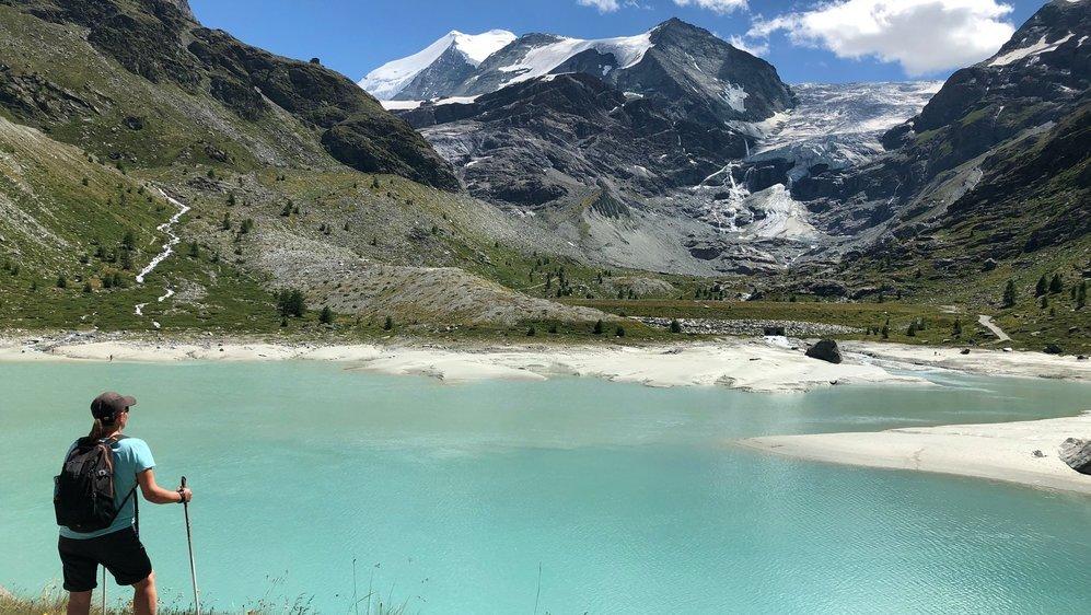 Le lac de Tourtemagne avec le glacier et la blanche couronne du Bishorn en toile de fond. En haut à gauche, sur l'arête rocheuse, on devine déjà la cabane... Encore 300 m de dénivelé et on y est!