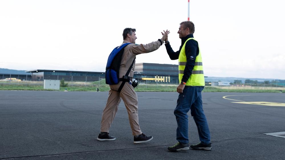 Un geste de complicité entre le pilote d'essai Miguel Angel Iturmendi (avec un parachute) et Raphaël Domjan, avant le premier vol de SolarStratos, le 23 juillet 2020, avec ses nouvelles ailes.