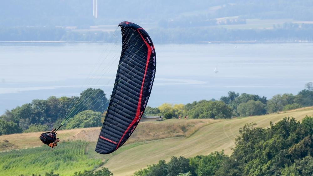Les parapentistes ont réalisé des acrobaties à la hauteur du Devens, puis à la Roche Devant.