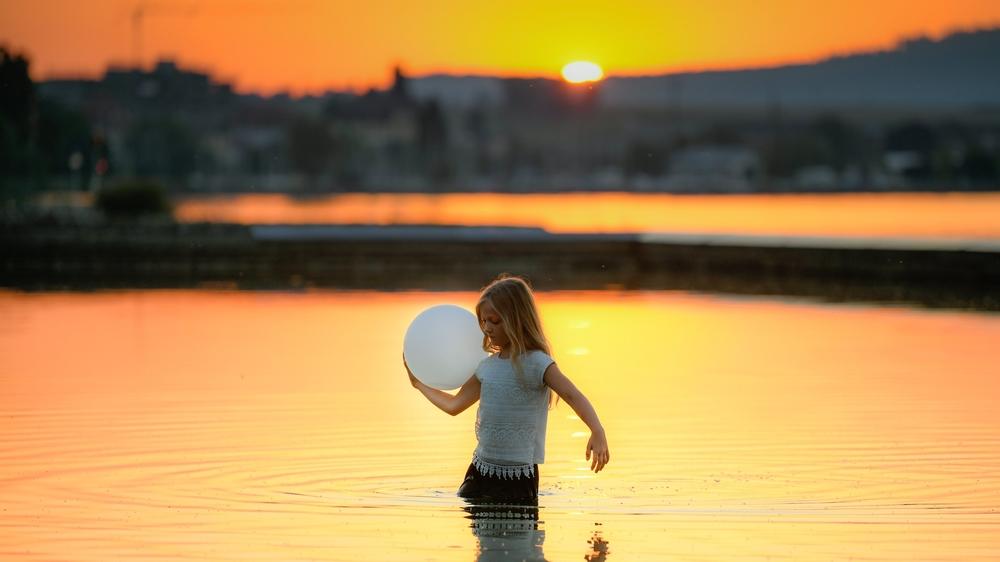 C'est une petite fille qui a lancé la performance «Extensions» en traversant le bassin du Laténium.