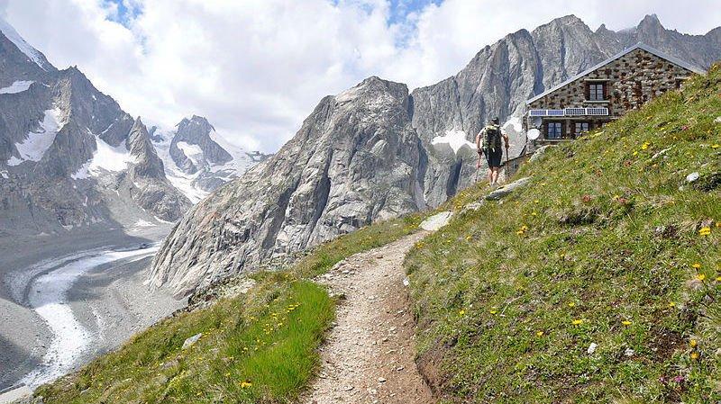Arrivée à la cabane de l'Oberaletsch, propriété de la section Chasseral Saint-Imier du Club alpin suisse.